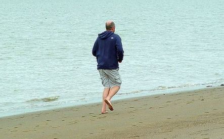 Barfuss laufen am Strand. Foto: Flickr by Blind Grasshopper