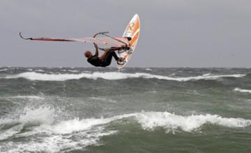 Ein Windsurfer am Strand von Sylt.