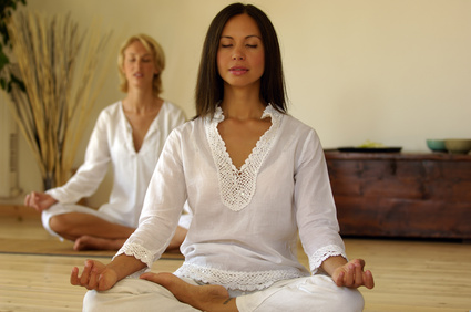 Zwei Frauen meditieren