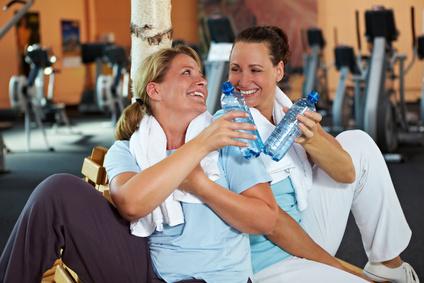 Zwei Frauen im Fitnesscenter
