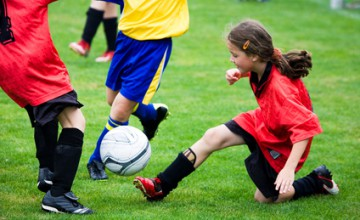Kinder die fussballspieln