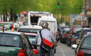 Ein Mann fährt durch den Arbeitsverkehr