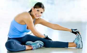 Frau dehnt sich im Fitnessstudio