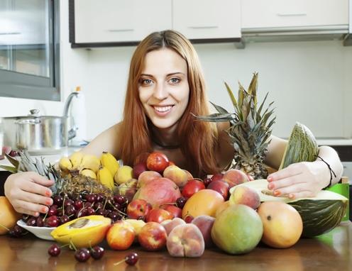 Junge Frau mit verschiedenem Obst
